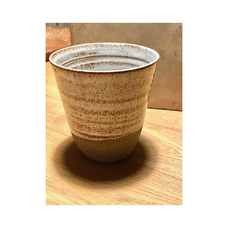 Vit handgjord keramik lattemugg